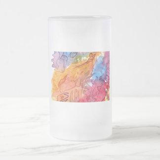 Fondo azul del extracto del watercolour del rojo a taza cristal mate