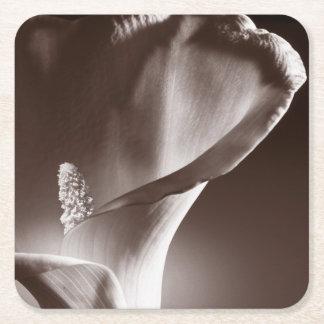 Fondo blanco del negro de la flor de la cala posavaso cuadrado de cartón