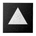 Fondo blanco del negro del triángulo del espacio d teja  ceramica