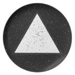 Fondo blanco del negro del triángulo del espacio d platos