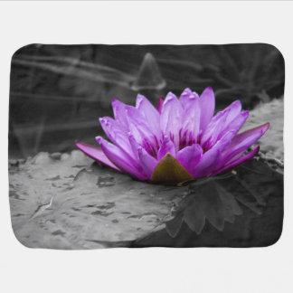 Fondo blanco y negro del lirio de agua 002 púrpura mantas de bebé