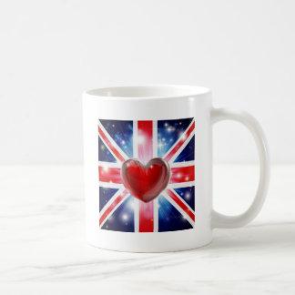 Fondo BRITÁNICO del corazón de la bandera del amor Tazas