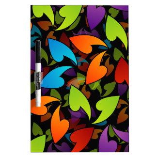 fondo coloreado arco iris con las hojas pizarras blancas