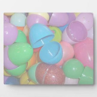 fondo colorido plástico del pastel de los huevos d placa de madera