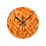 Fondo de espaguetis formados alfabeto reloj de pared