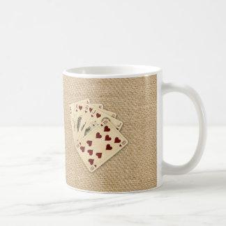 Fondo de la arpillera del vintage de los corazones taza clásica