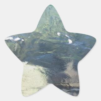 Fondo de la naturaleza de fluir transparente de la pegatina en forma de estrella
