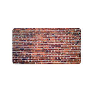 Fondo de la pared de ladrillo roja con muchos vari etiquetas de dirección