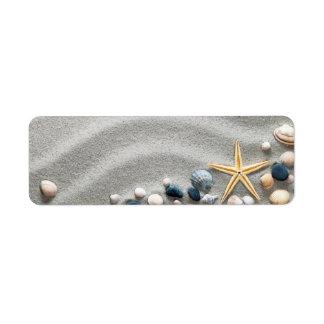 Fondo de la playa con las cáscaras y las estrellas etiqueta de remite