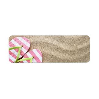 Fondo de la playa de Sandy con flips-flopes Etiqueta De Remite