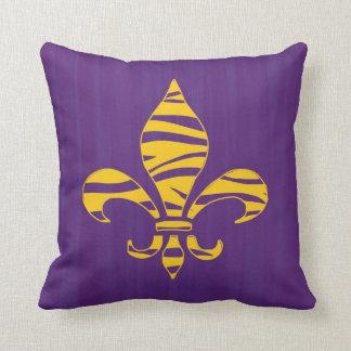 Fondo de la púrpura de la flor de lis de la raya d almohadas