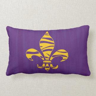 Fondo de la púrpura de la flor de lis de la raya d cojin