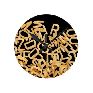 fondo de las pastas del alfabeto relojes de pared