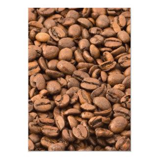 Fondo de los granos de café invitación personalizada