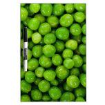 Fondo de los guisantes verdes pizarras blancas