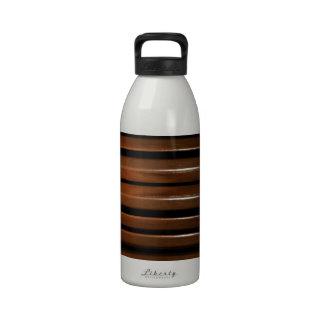 Fondo de madera esmaltado botella de agua reutilizable