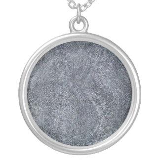 Fondo de piedra gris cepillado de la textura del g collar plateado
