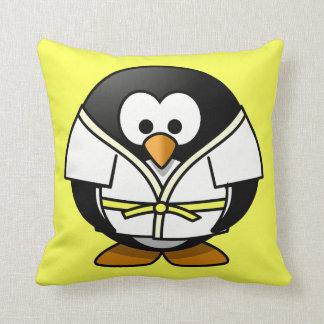 Fondo del amarillo del pingüino del judo del almohada