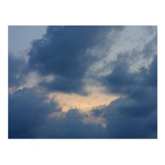 Fondo del cielo con las nubes tormentosas tarjetas postales