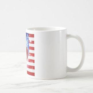 Fondo del corazón de la bandera de América del amo Tazas