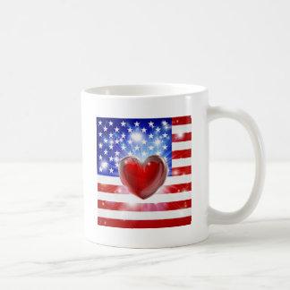 Fondo del corazón de la bandera de América del amo Taza