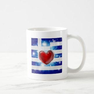 Fondo del corazón de la bandera de Grecia del amor Taza