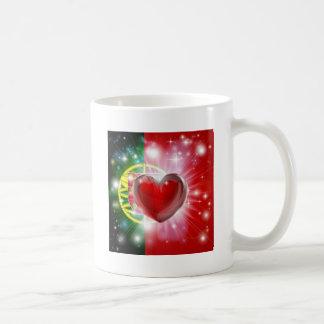 Fondo del corazón de la bandera de Portugal del am Tazas De Café