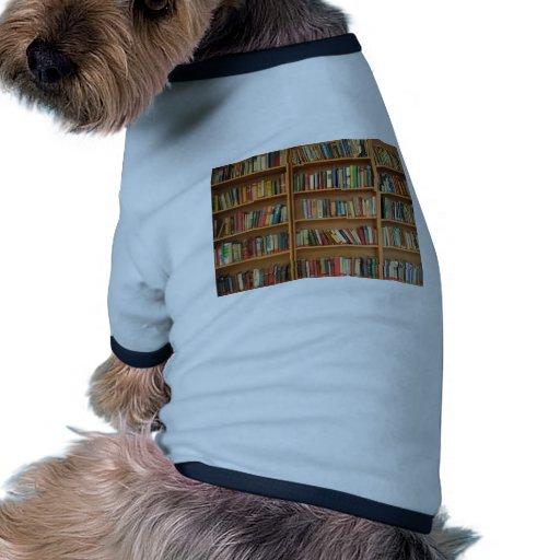 Fondo del estante camiseta con mangas para perro