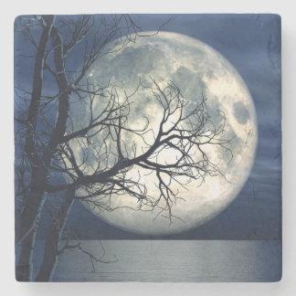 fondo del paisaje 3D con la luna sobre el mar Posavasos De Piedra