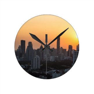 Fondo del panorama de la puesta del sol del reloj redondo mediano