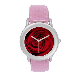 Fondo del rosa rojo reloj de mano