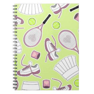 Fondo del verde del modelo del chica del tenis libros de apuntes con espiral