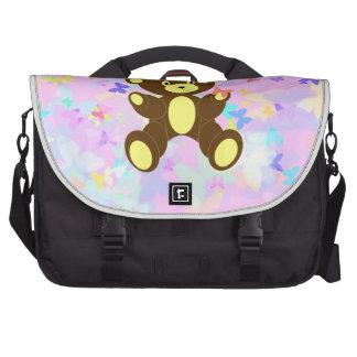 Fondo en colores pastel de la mariposa con el oso bolsas de ordenador