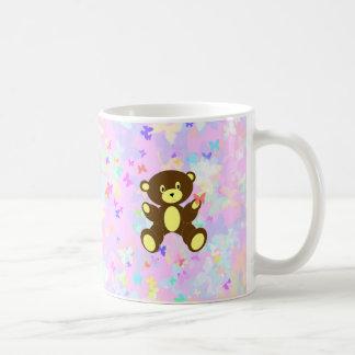 Fondo en colores pastel de la mariposa con el oso taza