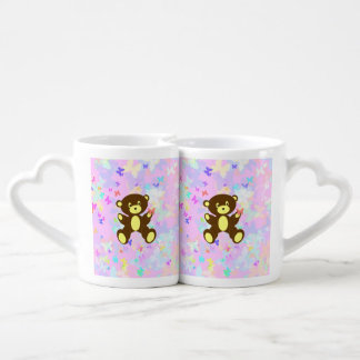 Fondo en colores pastel de la mariposa con el oso taza para enamorados