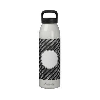 Fondo gris del modelo de la fibra de carbono botallas de agua