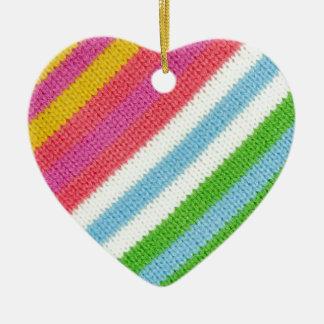 Fondo hecho punto colorido adorno navideño de cerámica en forma de corazón