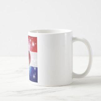 Fondo holandés del corazón de la bandera del amor tazas de café