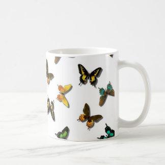 Fondo lindo de la mariposa taza clásica