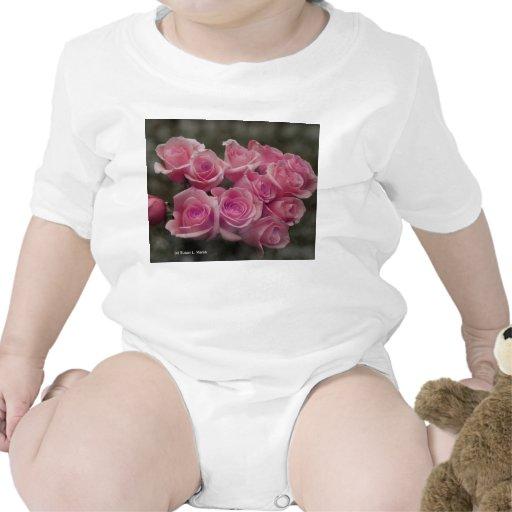 fondo manchado ramo subió colorized rosa traje de bebé