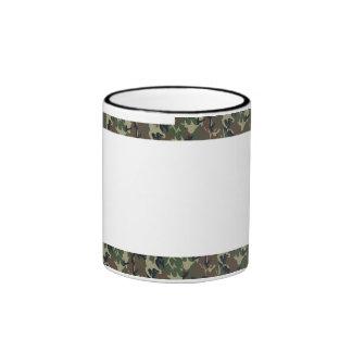 Fondo militar del camuflaje del bosque con blanco taza de café