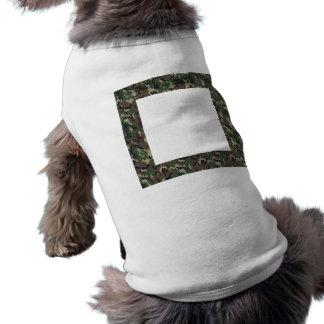 Fondo militar del camuflaje del bosque camisetas de perro