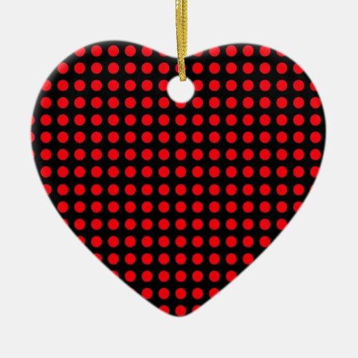 Fondo negro de los lunares y puntos rojos adorno de cerámica en forma de corazón