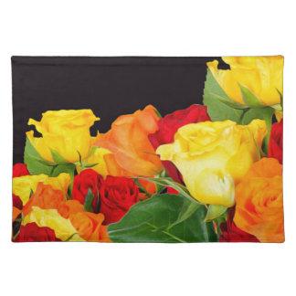 Fondo negro de los rosas vibrantes manteles individuales