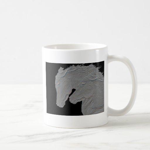 Fondo negro grabado en relieve de los caballos de  tazas