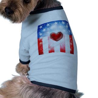Fondo patriótico del corazón americano camiseta con mangas para perro