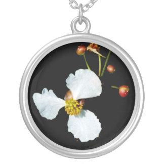 Fondo petaled del negro de la flor blanca tres colgante redondo