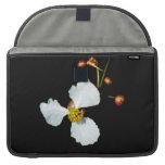 Fondo petaled del negro de la flor blanca tres fundas macbook pro