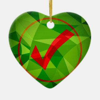 Fondo polivinílico bajo rojo verde del icono de la adorno navideño de cerámica en forma de corazón