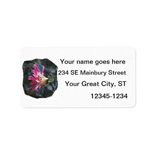 Fondo púrpura de la roca del cielo del árbol n de  etiquetas de dirección